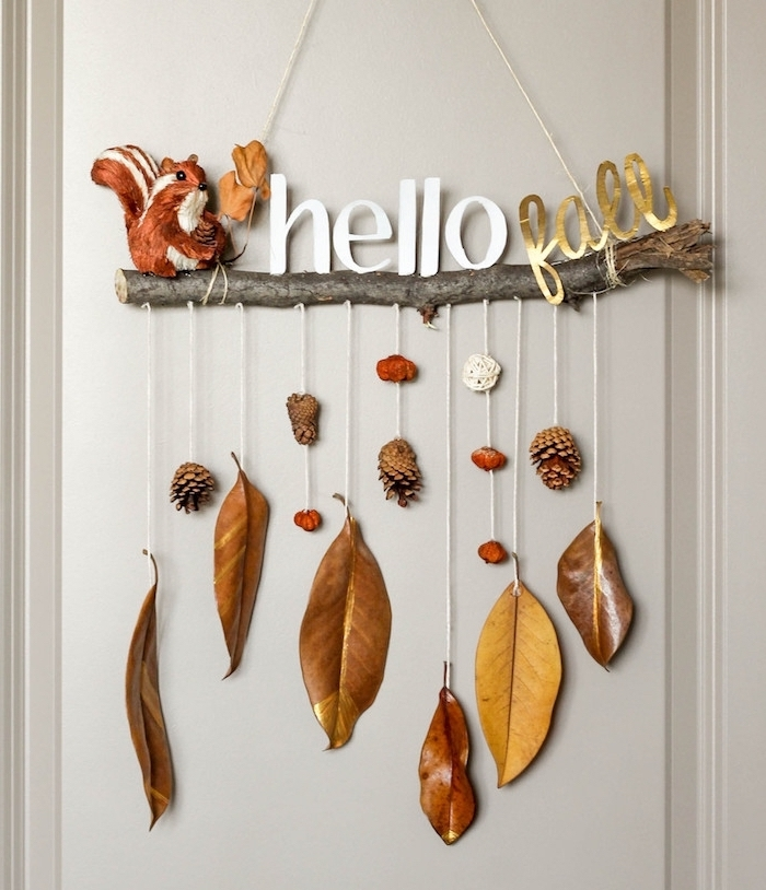 Herbstdeko mit Kindern basteln, Herbstblätter und Zapfen aufhängen, kleines Eichhörnchen