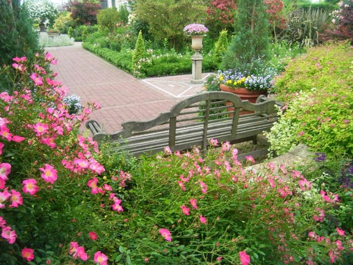 exotischer-Garten-herrliche-Blumen-Büsche-Bank-britisch