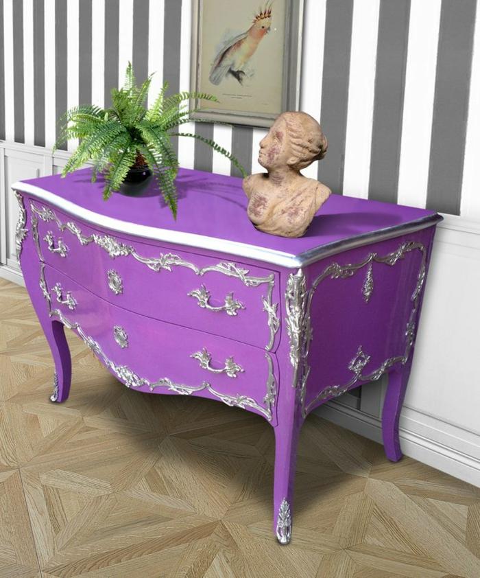 extravagante-lila-Kommode-silberne-Elemente-Barock-Stil-Skulptur-Topfpflanze-Papagei-Bild-Streifen-Wände