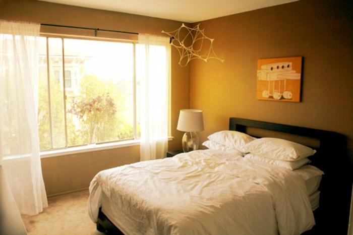 farbe-gold-in-der-einrichtung-gemütliches-schlafzimmer