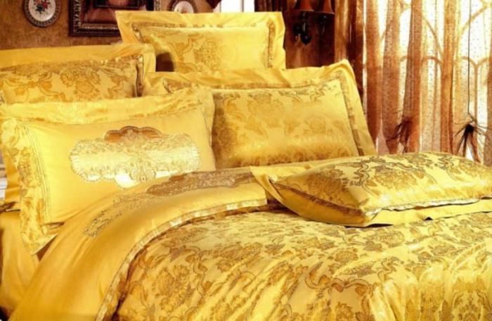 farbe-gold-in-der-einrichtung-interessante-bettwäsche