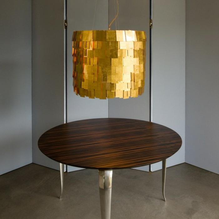 farbe-gold-in-der-einrichtung-interessanter-runder-tisch