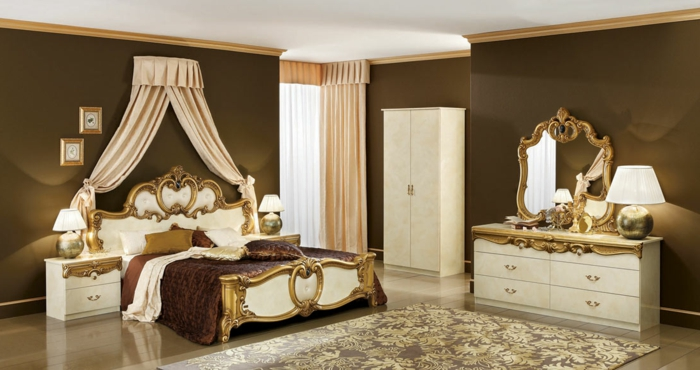 farbe-gold-in-der-einrichtung-weiße-gardinen