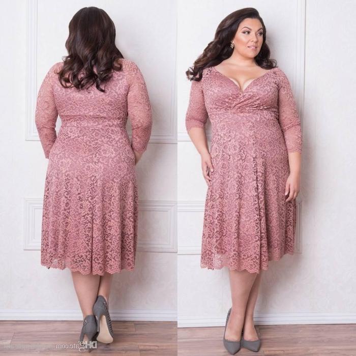 festliche kleider für große größen, graue schuhe, knielanges rosa kleid mit spitze und herzförmigem dekollete