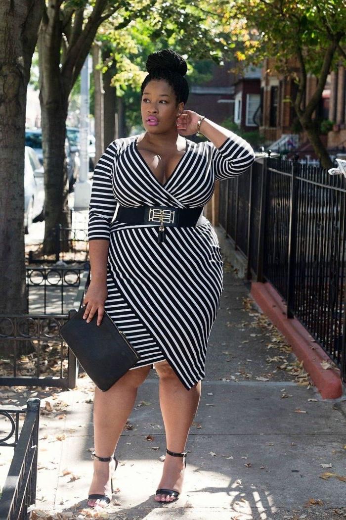 festliche mode große damen, hochzeitsgast outfit ideen, knielanges kleid in scharz und graz, großer gürtel