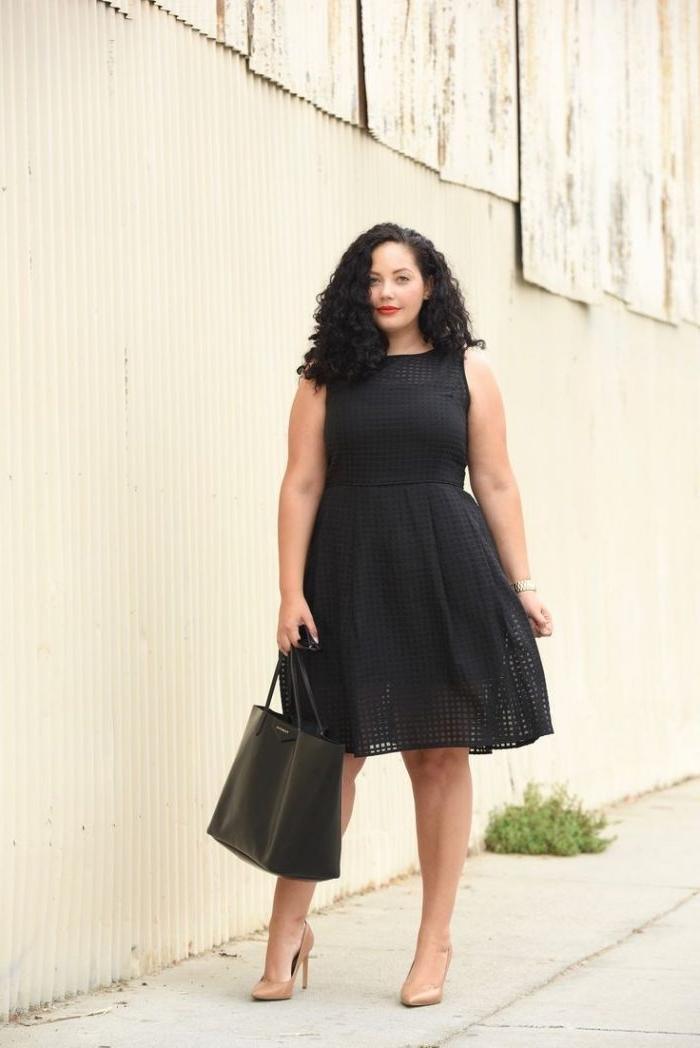 festliche mode große damen, knielnages schwarzes kleid, große tasche, lockige haare