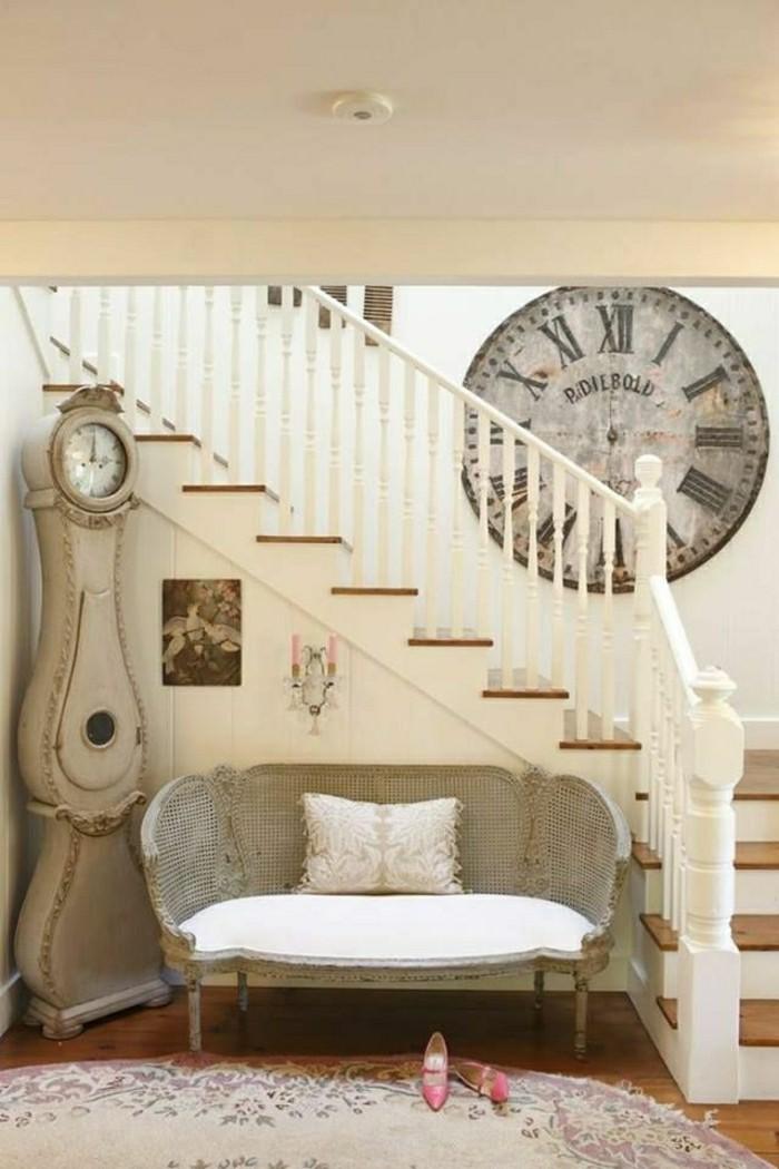 französisches-Interieur-klassisch-stilvoll-alte-Wanduhren-vintage-Stil