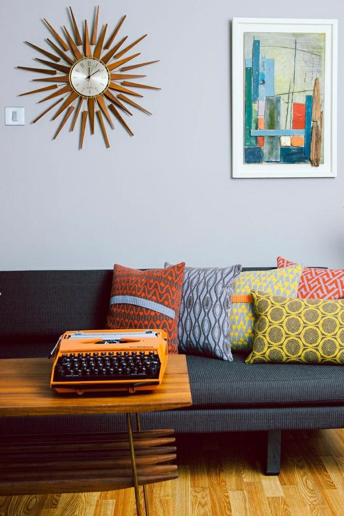 frisches-Interieur-vintage-Elemente-Wanduhr-Schreibmaschine