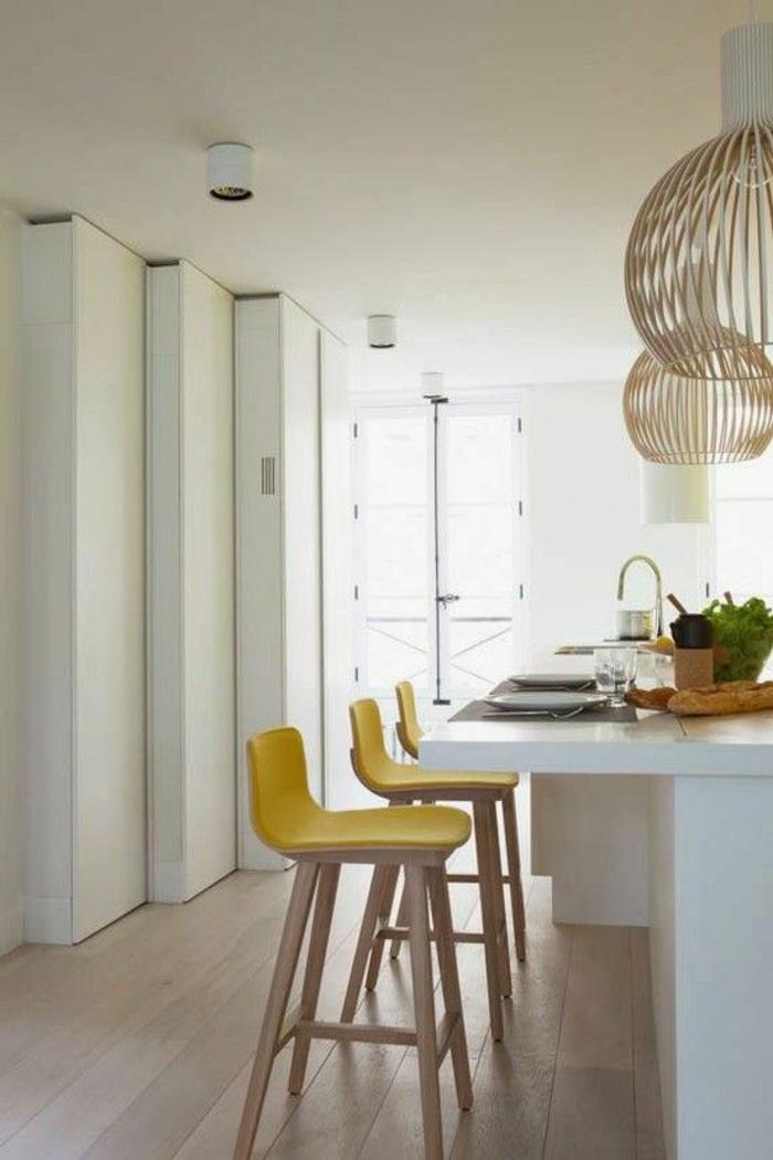 gelber-barstuhl-weiße-Tischplatte-minimalistisches-Interieur