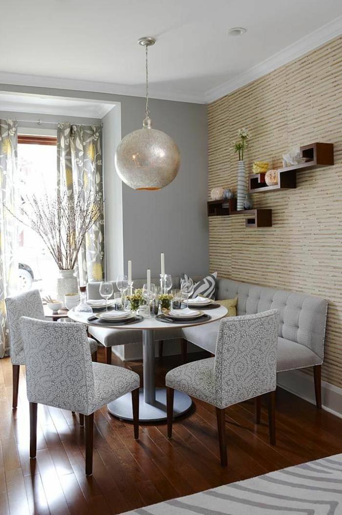gemütliches-Esszimmer-graue-Möbel-Tischdekoration-kreative-Regale-hängende-glitzernde-Leuchte