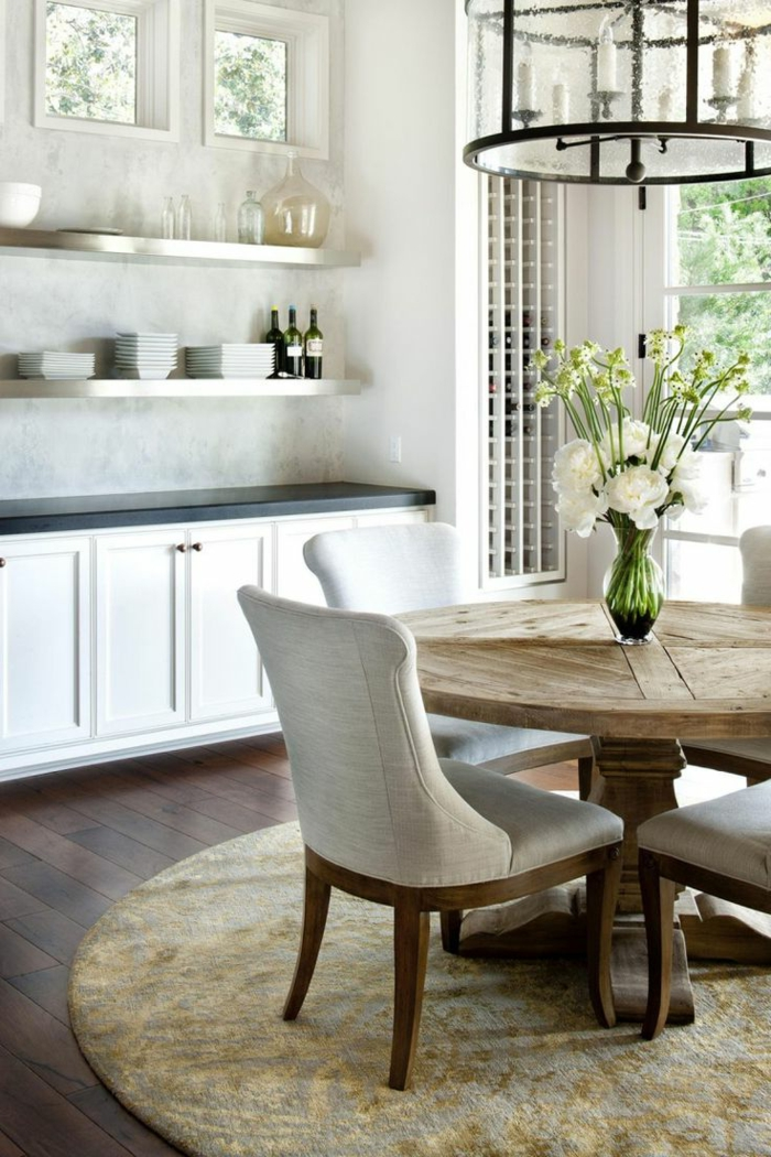 gemütliches-Esszimmer-schlichtes-Interieur-runder-Tisch-Massivholz-Textil-Stühle-gläserner-Kronleuchter