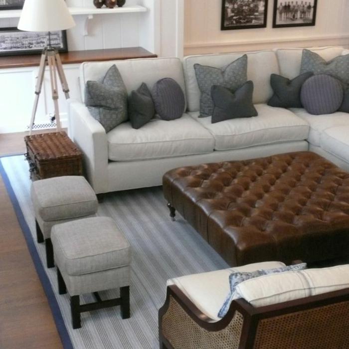 gemütliches-Wohnzimmer-Leder-Kaffeetisch-Leinen-Hocker-graue-Kissen