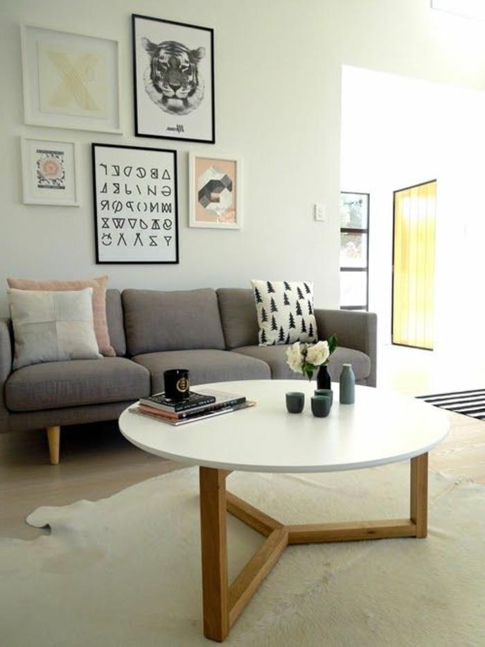 gemütliches-Wohnzimmer-runder-Couchtisch-Bilderwand
