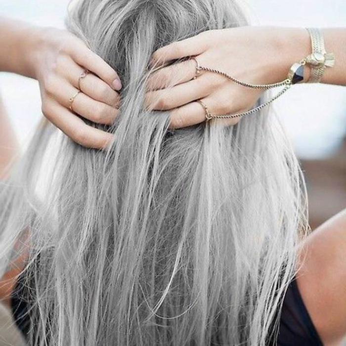 graue- haare-und-handschmuck