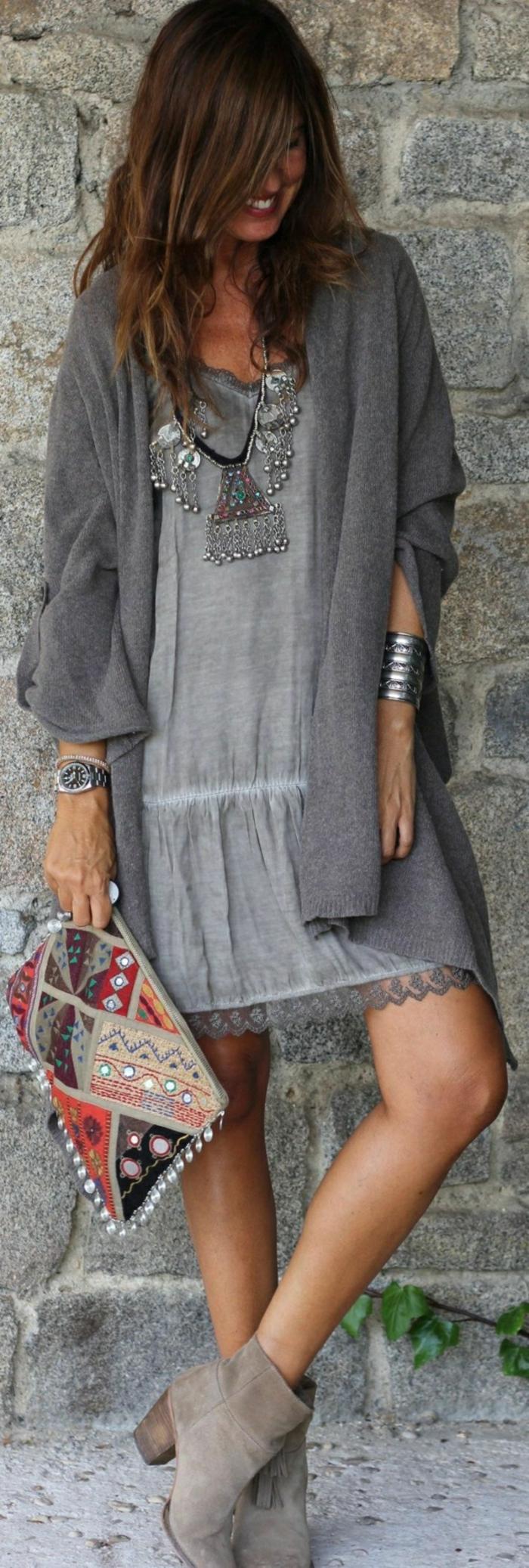 graues-Kleid-Clutch-bohemian-style-silberner-Schmuck