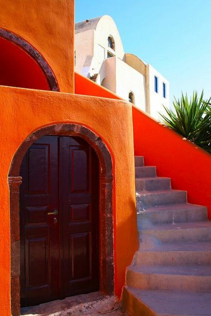 griechische-architektur-interessante-treppen-und-orange-wände