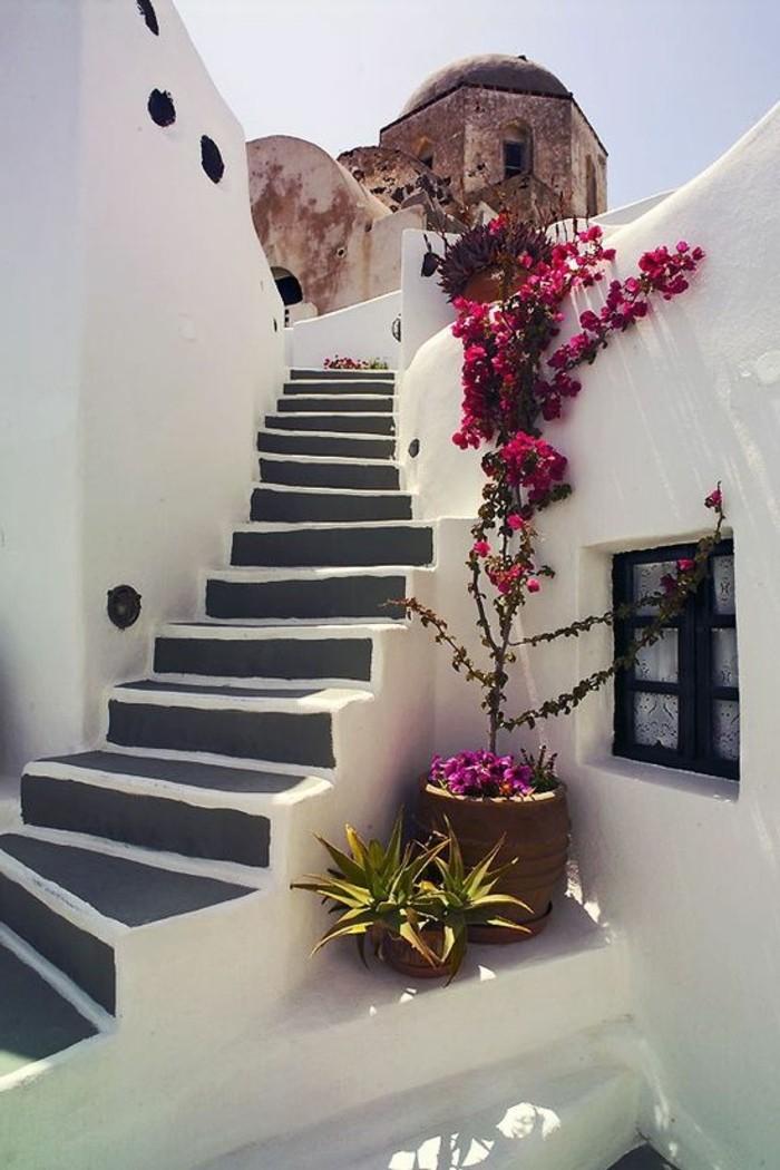 griechische-architektur-viele-kleine-treppen-und-rote-blumen