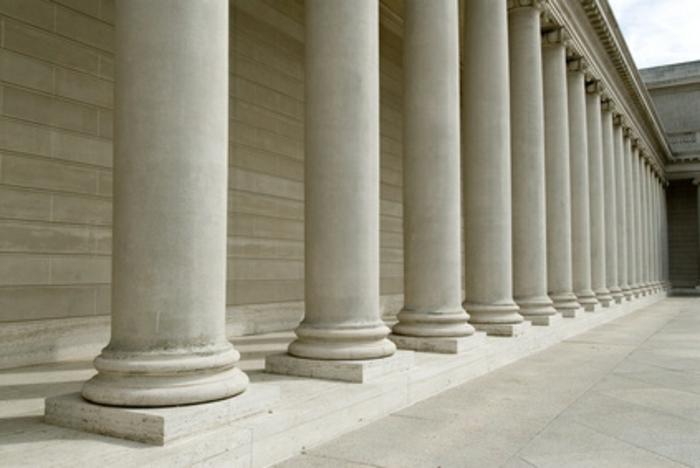 griechische-architektur-weiße-säulen