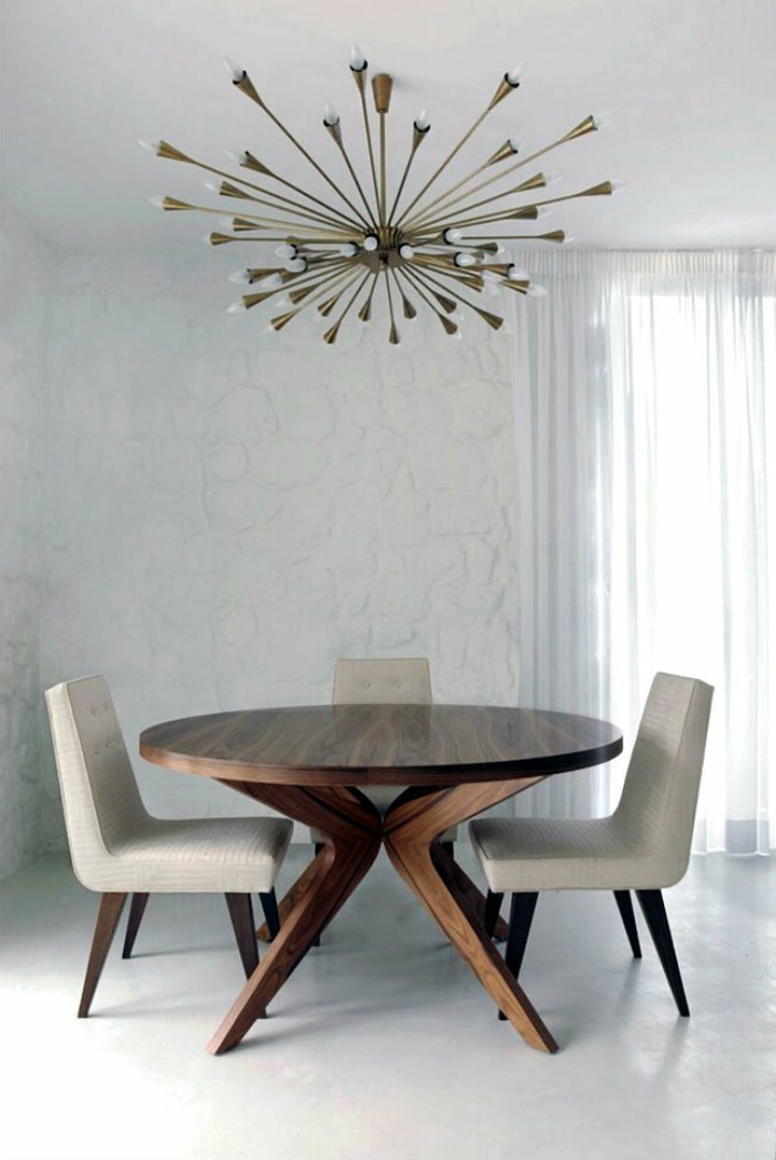 hölzerner-Tisch-rund-fein-beige-Stühle-effektvoller-Kronleuchter