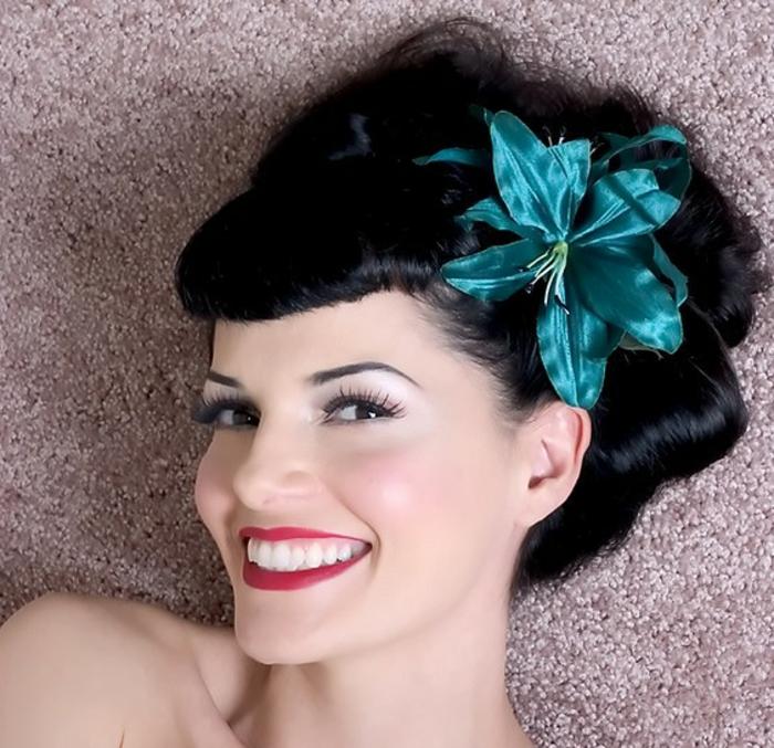 haar- accessoires-dame-mit-schwarzen-haaren