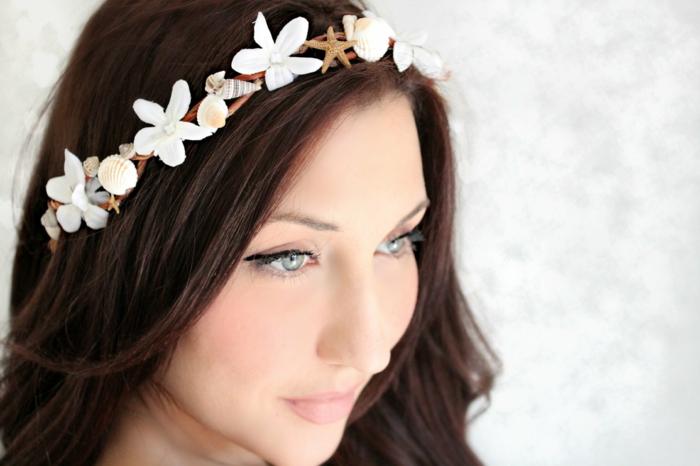 haar-accessoires-weiße-blumen-auf-dem-kopf