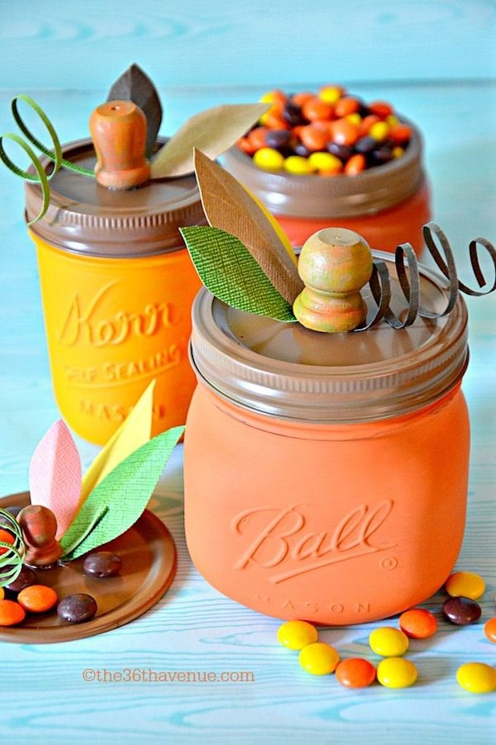 Einmachgläser orange bemalen, die Deckel verzieren, Kürbisse basteln, mit Süßigkeiten füllen