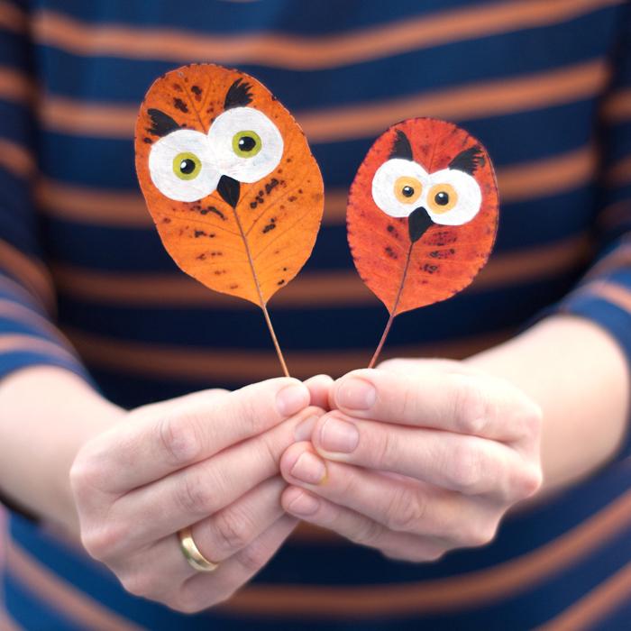 Herbstliche Dekoration mit Kindern basteln, Eulen malen auf Herbstblätter, schnelle Herbstdeko