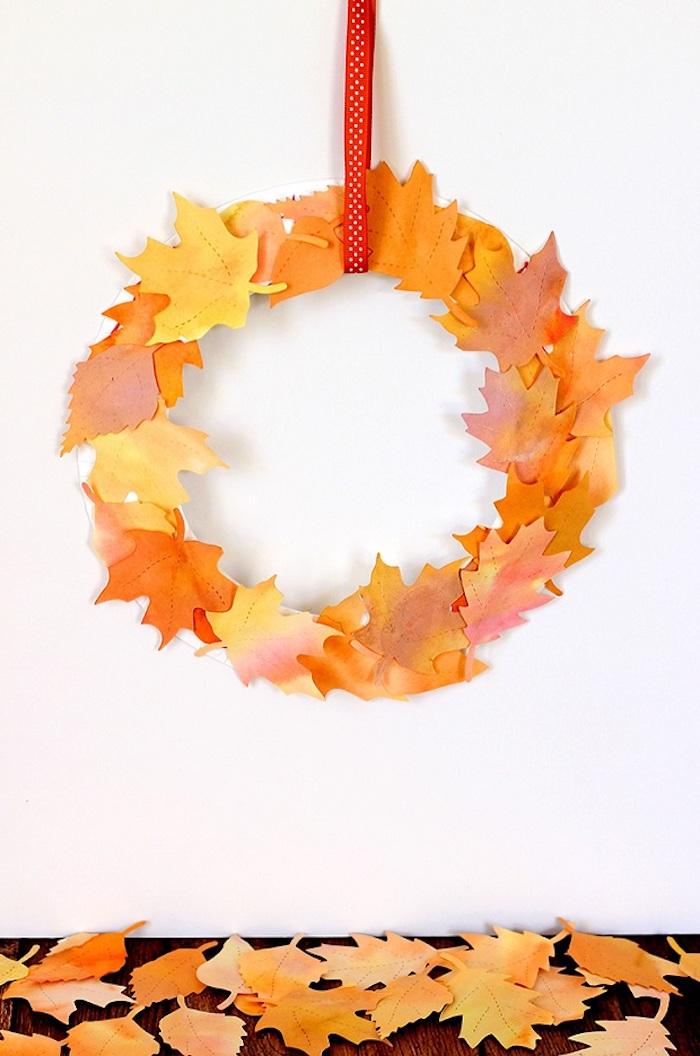 Herbstkranz selber machen mit Herbstblättern aus Papier, mit rotem Band