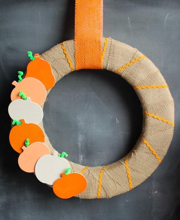 Herbstkranz selber machen, mit kleinen Kürbissen aus Karton dekorieren, DIY Idee für Herbstdeko