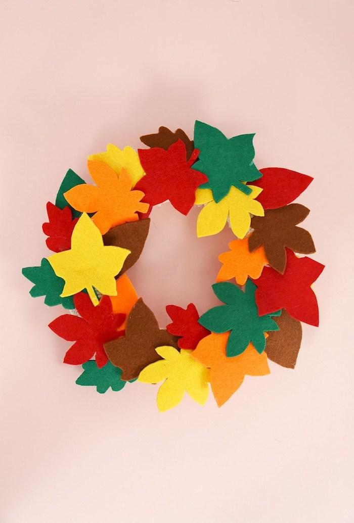 Bunte Herbstblätter aus Filz ausschneiden, auf Ring kleben, Herbstkranz selber machen