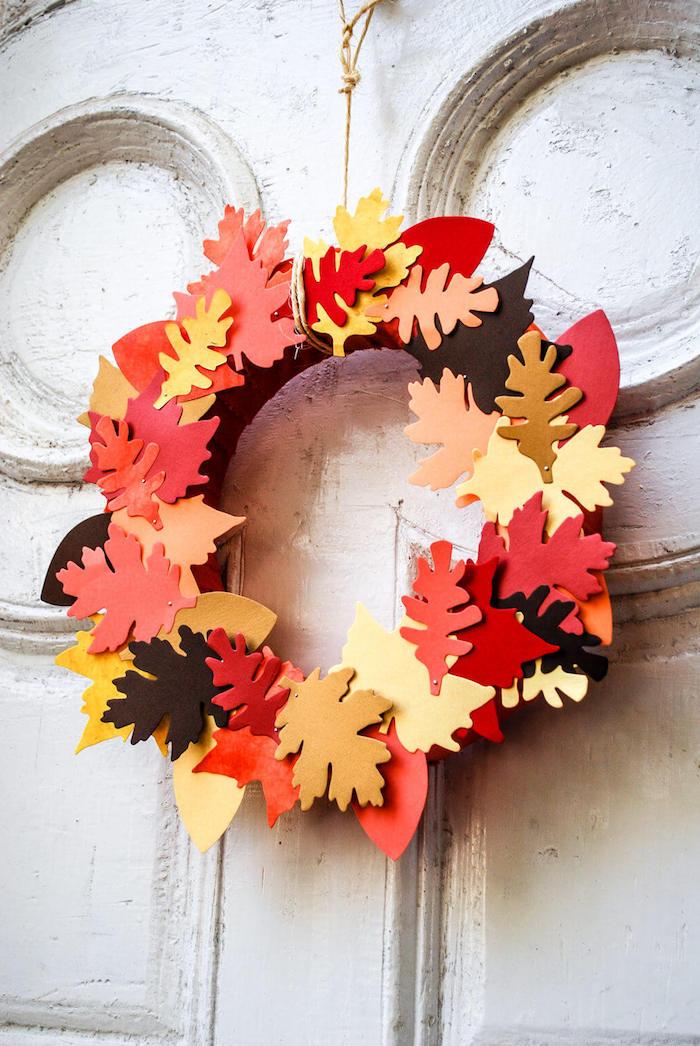 Bunte Herbstblätter aus Filz ausschneiden, Herbstkranz selber machen, DIY Herbstdeko