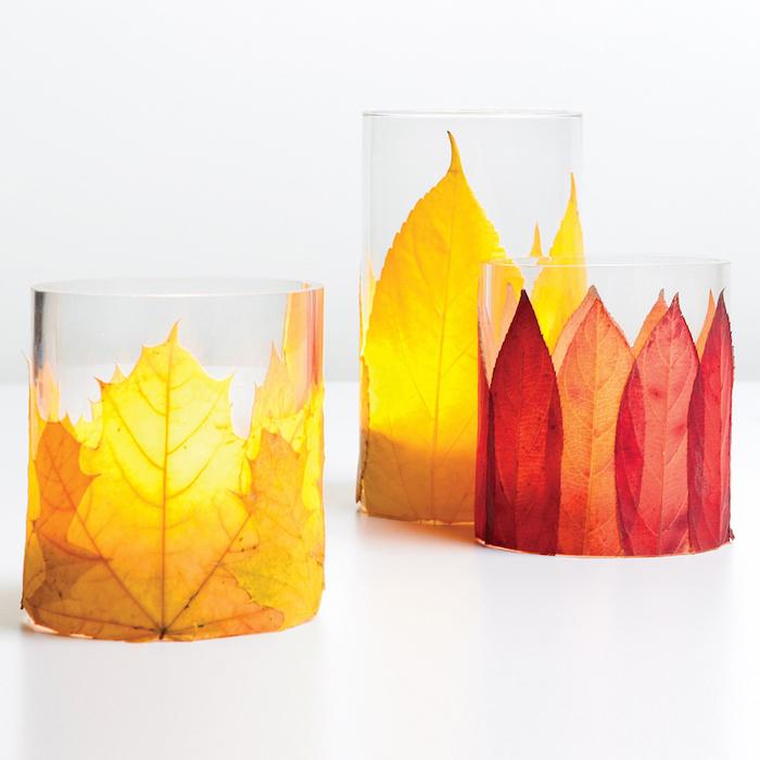 Herbstliche Teelichter selber machen, mit gelben und roten Herbstblättern verzieren