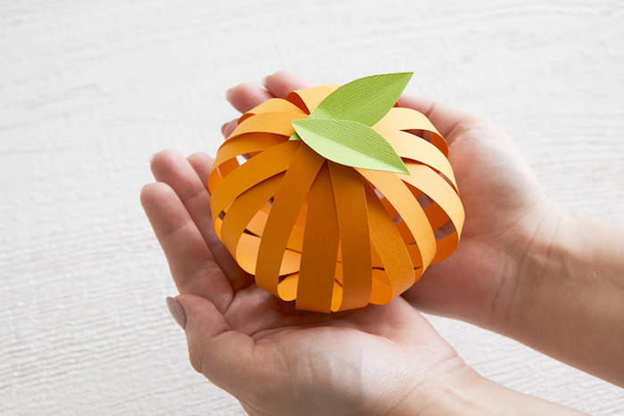 Mini Kürbis aus Papier selber basteln, DIY Deko Ideen für den Herbst, basteln mit Papier