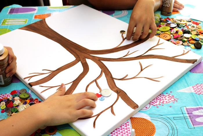 Baum mit brauner Farbe auf Leinwand malen, bunte Knöpfe für Herbstblätter kleben