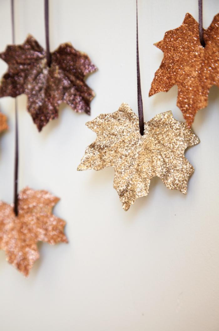 Herbstblätter sammeln, mit goldenem Glitzer bestreuen, auffällige Herbstdeko basteln