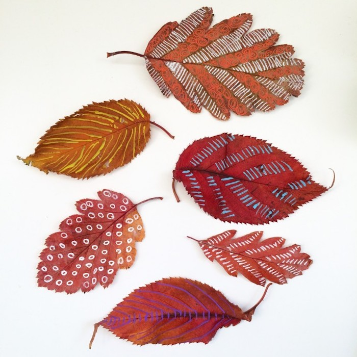 Herbstblätter mit unterschiedlichen Motiven verzieren, Striche und Punkte auf Blätter zeichnen