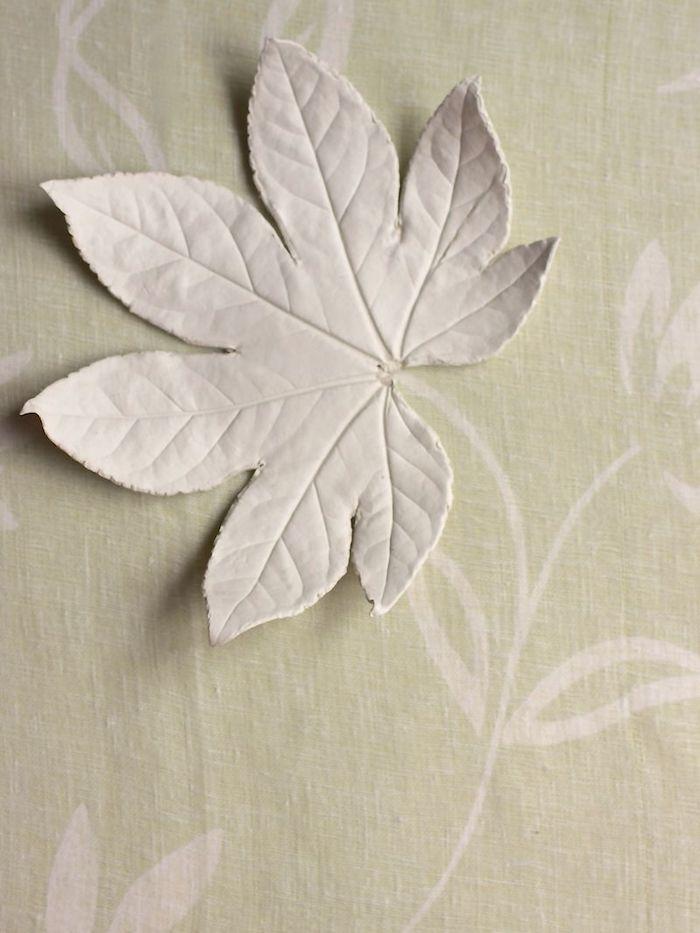 Blätter aus Modelliermasse ausstechen, DIY Ideen für Herbstdeko, basteln mit Kindern