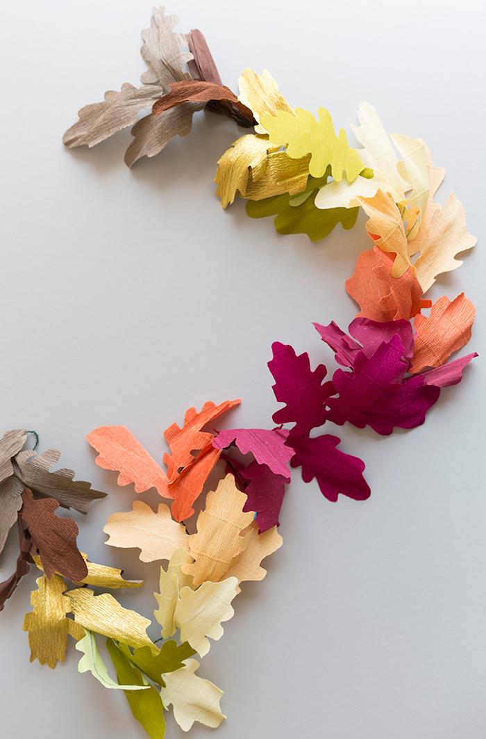 Girlande selber basteln mit bunten Herbstblättern aus Papier, DIY Idee für herbstliche Deko