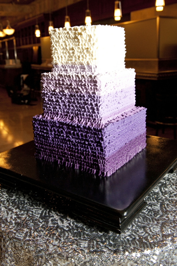 kreatives großes modell in lila und weiß - hochzeit torte