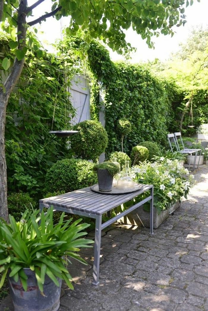 holzbank-rustikal-Blumentöpfe-Pflanzen-Garten