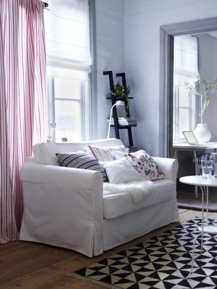 ikea-sofa-weiß-bunte-Kissen-gestreifte-Gardinen-graphischer-Teppich