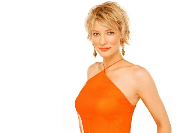 kleid-in-orange-blonde-dame-weißer-hintergrund