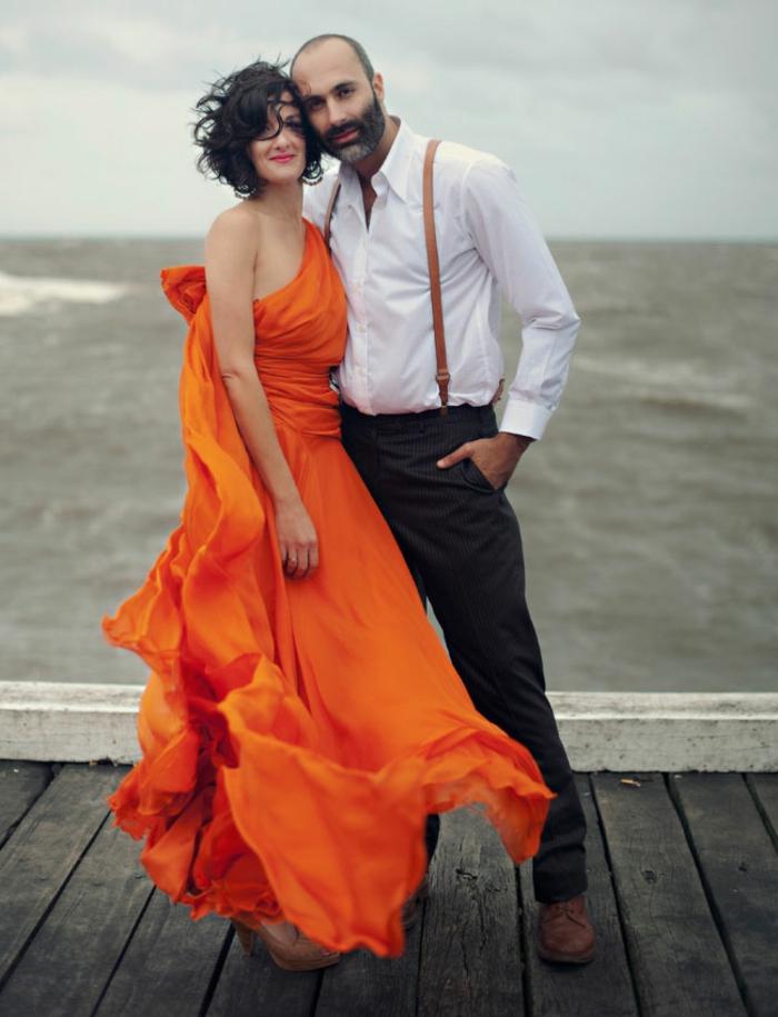 kleid-in-orange-ein-liebespaar