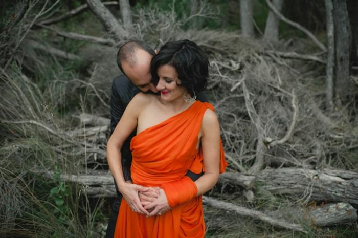 kleid-in-orange-ein-schönes-liebespaar