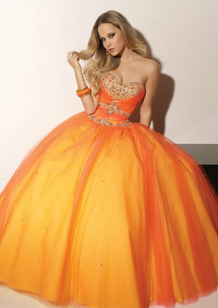 kleid-in-orange-ein-sehr-großes-modell-wie-eine-prinzessin-aussehen