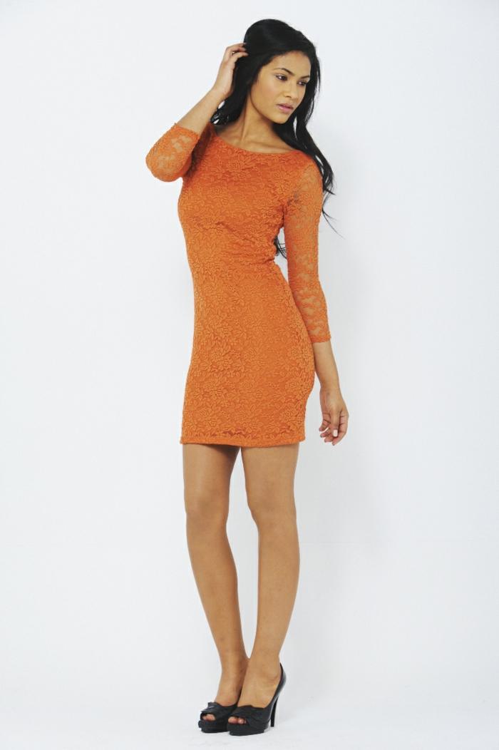 kleid-in-orange-eine-elegante-schwarzhaarige-junge-dame