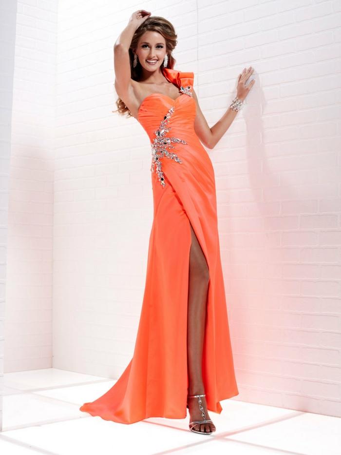 kleid-in-orange-eine-hochgewachsene-frau