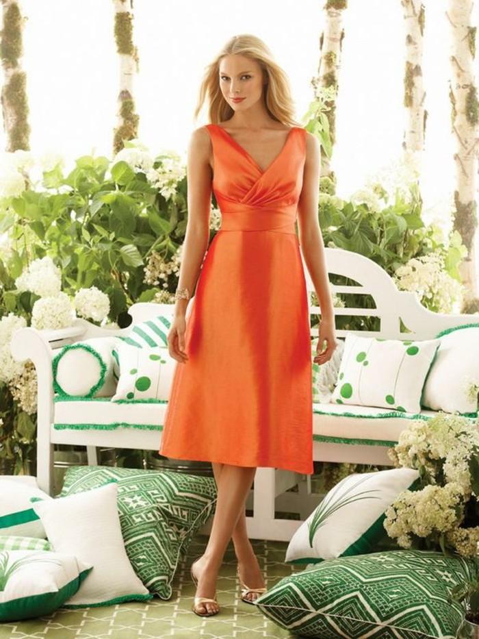 kleid-in-orange-eine-schöne-blonde-dame
