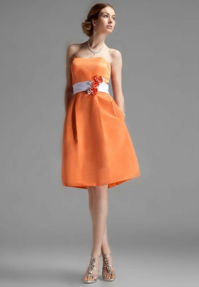 kleid-in-orange-einmaliges-modell-grauer-hintergrund