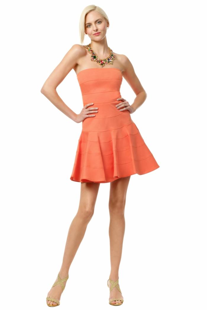 kleid-in-orange-elegante-dame-weißer-hintergrund